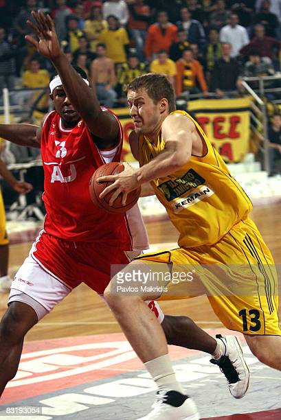 Travis Watson of Armani Jeans Milano and Hanno Mottola of Aris TT Bank in action during the Euroleague Basketball Game 5 between Aris TT Bank v...