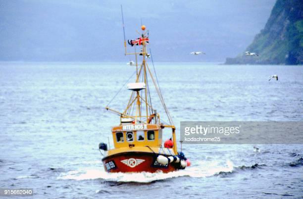 イギリス、スコットランドのスカイ島港の漁船ポートリー - ポートリー ストックフォトと画像