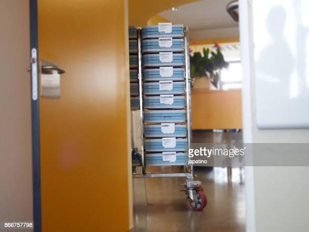 trays of food for the sick in a hospital - helicobacter pylori stockfoto's en -beelden