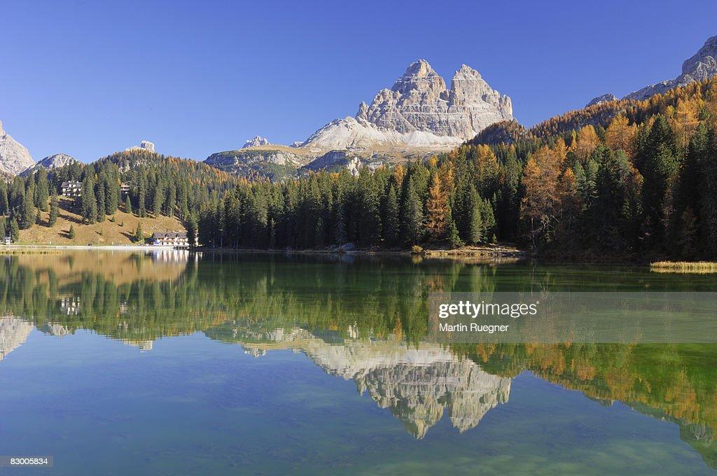 Tre Cime di Lavaredo reflected in Misurina lake. : ストックフォト