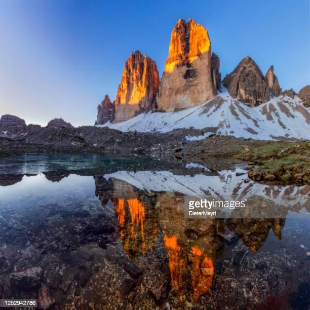 tre cime di lavaredo con riflessione nel lago all'alba - dolomiti foto e immagini stock