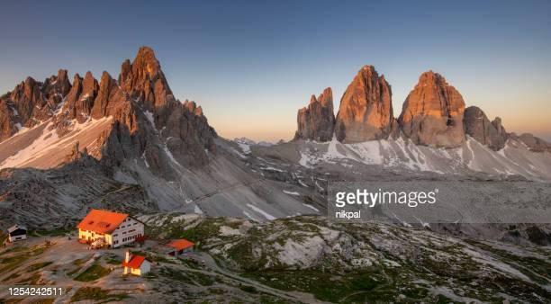 ラバレドのトレシメとマウントパテルノとロカテリの日の出、ドロミティ、イタリアで上からパノラマビュー - トレチーメディラバレード ストックフォトと画像