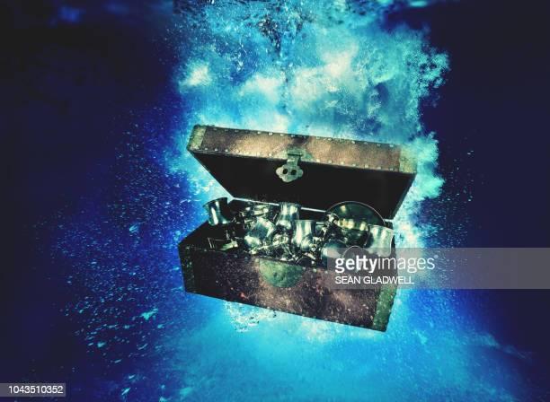 treasure chest underwater - 宝箱 ストックフォトと画像