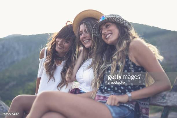 Baum glücklich Freundinnen auf Bank in der Natur