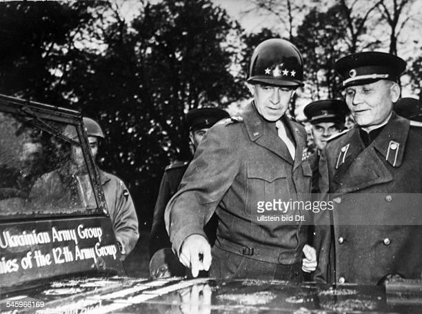 Treffen von USGeneral Omar Bradley und Sowjet Marschall Iwan Konjew Kommandeur 1Ukrainische Front zu einer Besprechung in Torgau an der Elbe