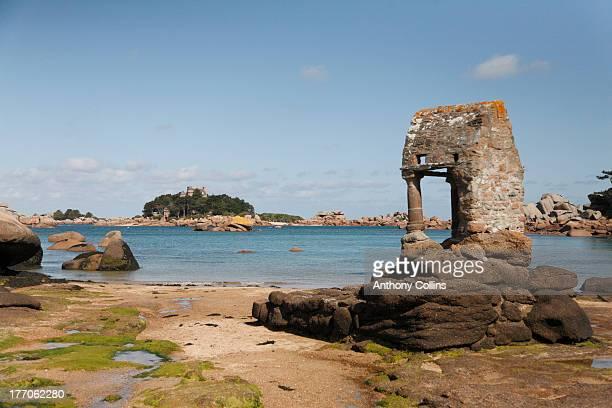tregastel beach on the rose granite coast - perros guirec photos et images de collection