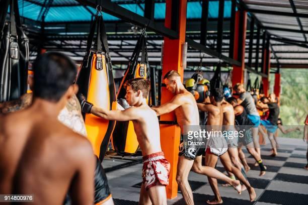 treinamento em grupo para estagiários no acampamento do mma na tailândia - muay thai stock pictures, royalty-free photos & images