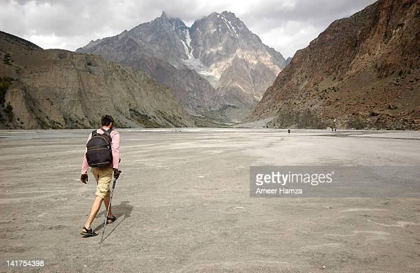 trekker enroute to wargoth - pantaloncini grigi foto e immagini stock