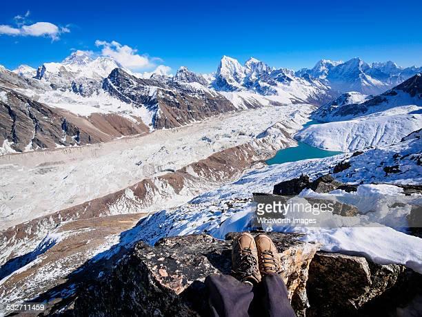 trekker on gokyo ri in nepal himalayas - gokyo lake stock pictures, royalty-free photos & images