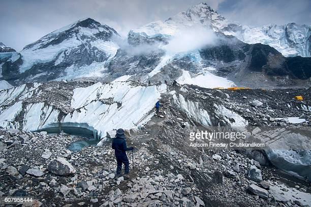 trekkers on the way to everest base camp. - base camp stock pictures, royalty-free photos & images