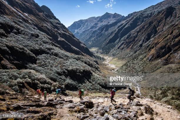 trekkers on their way to maurothang, wangdue phodrang district, snowman trek, bhutan - bhutan stockfoto's en -beelden