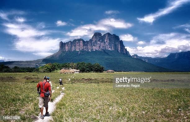 trekking in gran sabana - la gran sabana fotografías e imágenes de stock