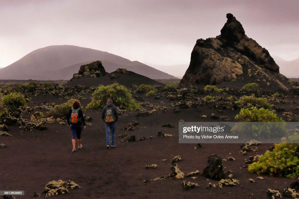 Trekking in Timanfaya fire mountains in Lanzarote, Canary Islands : Foto de stock