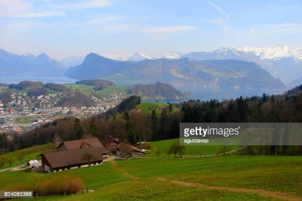 Trekking Trail über dem Vierwaldstättersee - Märchen Landschaft: Wiesen, dramatische und idyllischen Alpental schneebedeckten Schweizer Alpen, idyllische Landschaft, Kanton Luzern, Schweizer Alpen, Schweiz