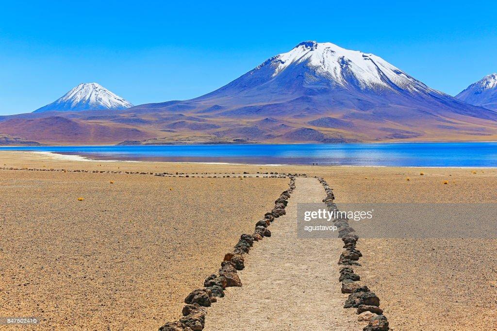Trekking Trail-Pfad zur Lagunas Miñiques und Miscanti - Seen und schneebedeckten Vulkane Bergen - türkisfarbene Seen und idyllischen Atacama-Wüste, vulkanische Landschaft Panorama – San Pedro de Atacama, Chile, Bolivien und Argentinien Grenze : Stock-Foto