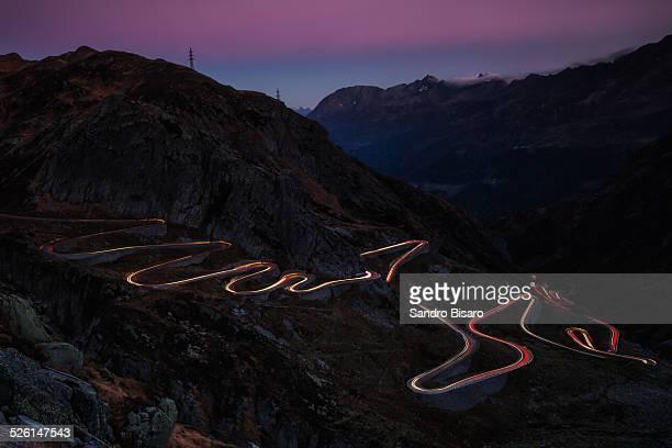 tremola road alpin pass gotthard - bergpass stockfoto's en -beelden