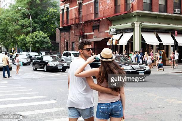 moderno pareja caminando alrededor de en lower manhattan - mini shorts fotografías e imágenes de stock