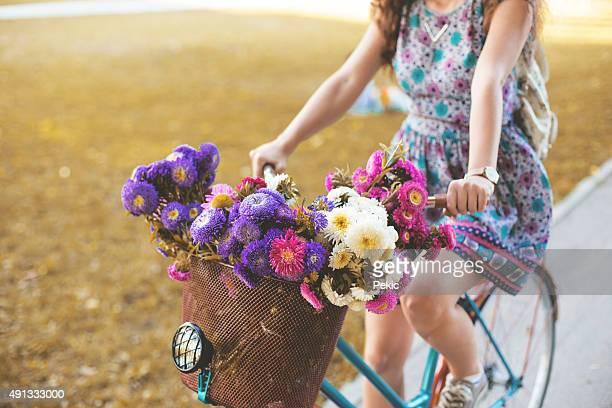 trendige hipster mädchen mit fahrrad - frühling stock-fotos und bilder