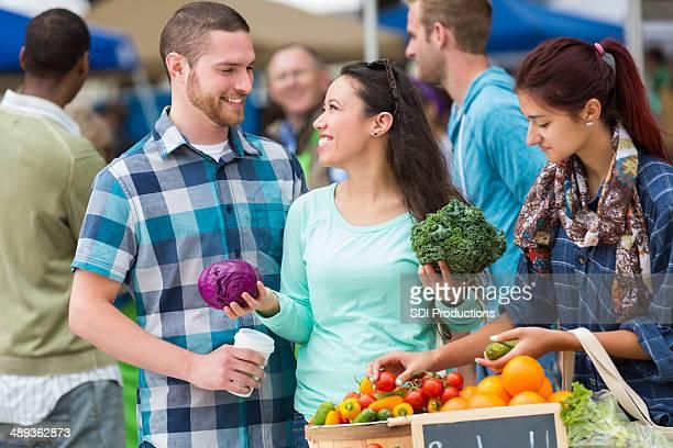 Moda giovane coppia shopping per produrre al farmer's market