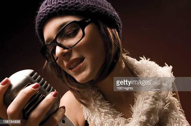 moda mujer joven canta en el micrófono antigua - club singer fotografías e imágenes de stock