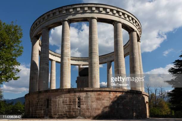 trento - doss- mausoleo cesare battisti - trento foto e immagini stock