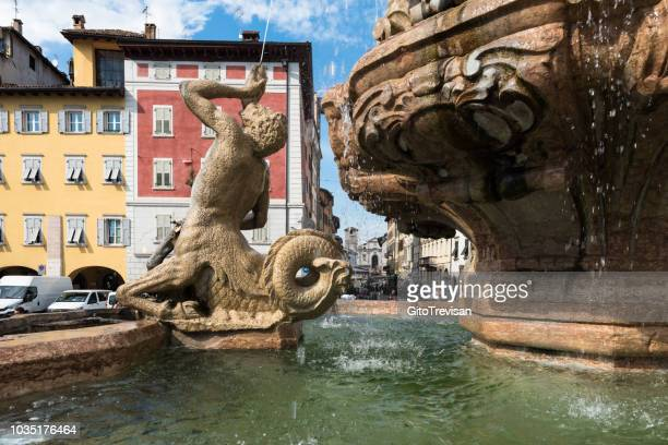 trento - piazza duomo e fontana del nettuno - trento foto e immagini stock