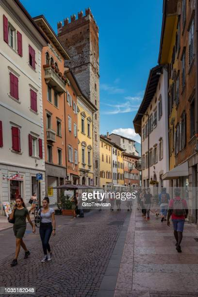 trento -strade del centro storico - trento foto e immagini stock