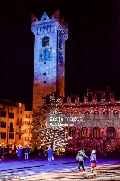 trento town square at christmas - trento foto e immagini stock