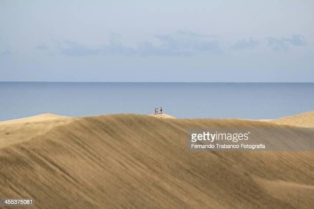 tres en las dunas de maspalomas - três pessoas stock pictures, royalty-free photos & images