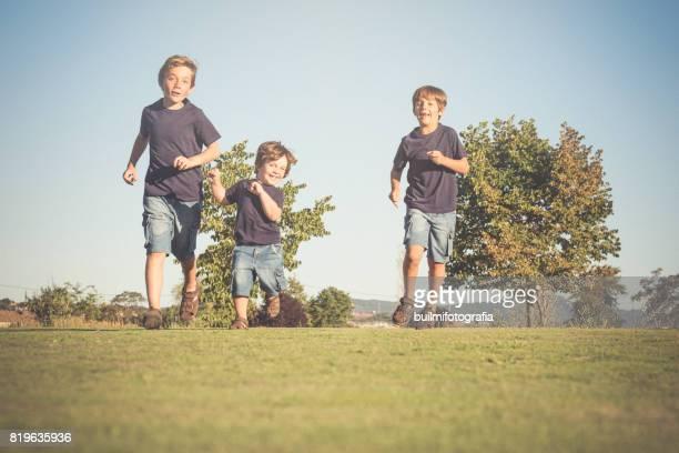 tres hermanos - hermanos stock-fotos und bilder