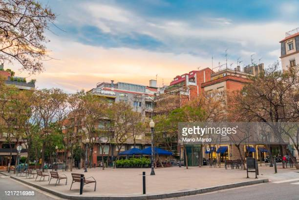 tres torres neighbourhood in barcelona - três pessoas stock pictures, royalty-free photos & images