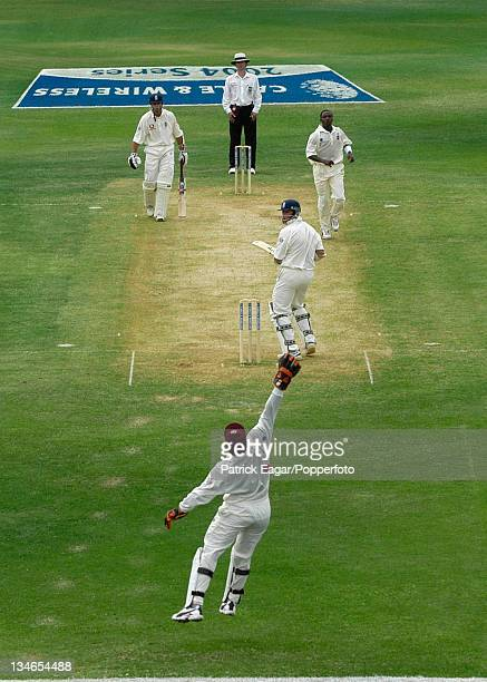 Trescothick unsettled by bouncer from Edwards - he was clean bowled next ball, West Indies v England, 1st Test , Kingston, Mar 04.