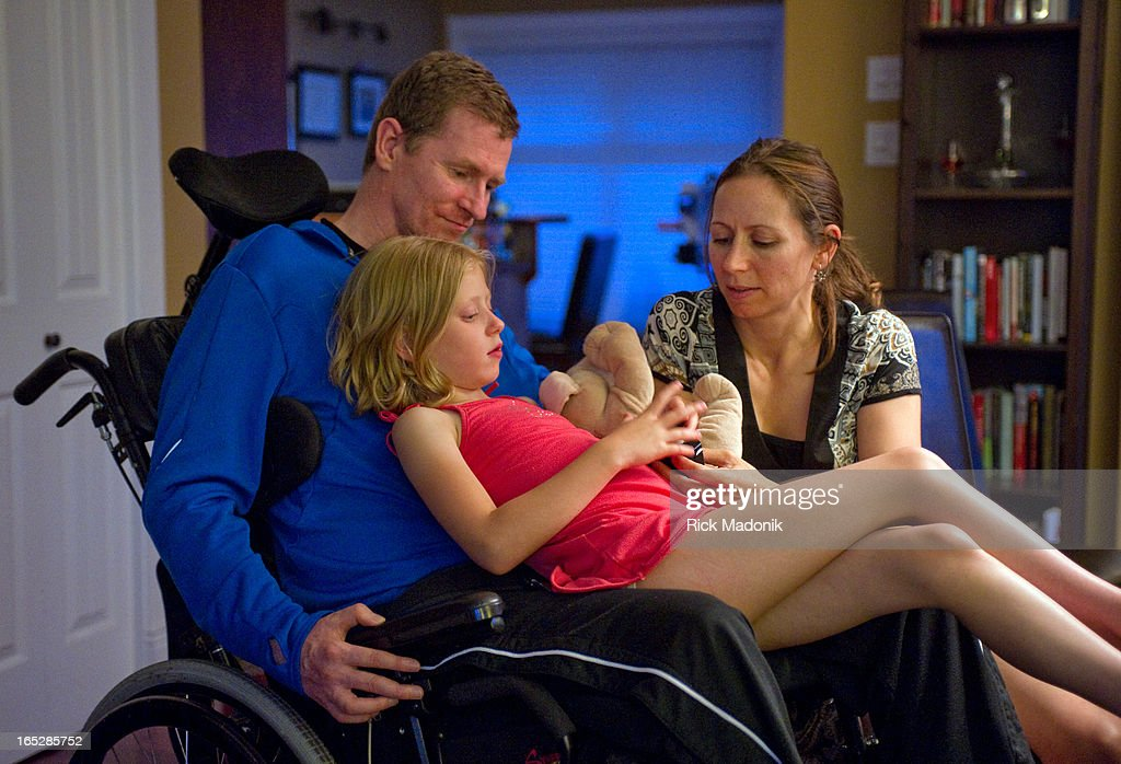 07/07/11 - NANAIMO, BRITISH COLUMBIA - Trevor and Debbie Greene with daughter Grace, 6, in their hom : News Photo
