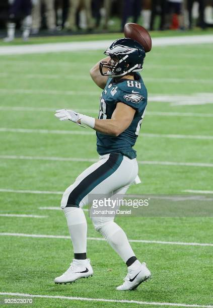 Trey Burton of the Philadelphia Eagles throws a touchdown pass to Nick Foles against the New England Patroits during Super Bowl Lll at US Bank...