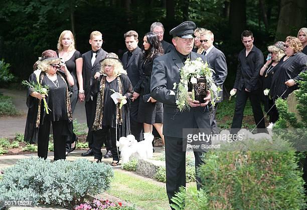 Träger und Urne mit Asche von Hannelore Jacob dahinter Johanna Jacob und Schwester Eva Jacob mit Pudel dahinter die Söhne von Rosi dahinter Schwester...