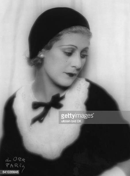 trägt ein schwarzes Kleid mit weissemSpitzenjaboterschienen Dame 6/1930/31Fotograf d'Ora