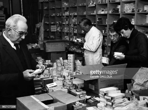 Tri des donts de médicaments dans le Carrefour du bénévolat de Dijon en novembre 1980 en Côted'Or France