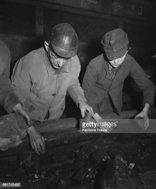 Tri du charbon dans une mine de la Sarre en France le 27 mars 1947