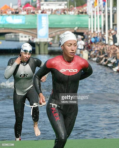 Triathlon Holsten City Man 2004 Hamburg Elite / Frauen Joelle FRANZMANN / GER kommt aus dem Wasser 040904