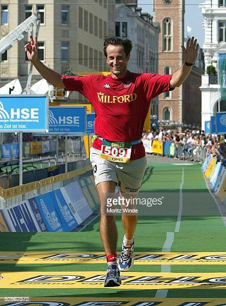 Triathlon Holsten City Man 2004 Hamburg Promi Rennen Frank GEMMRIG / Hockeyspieler Club an der Alster im Ziel 040904