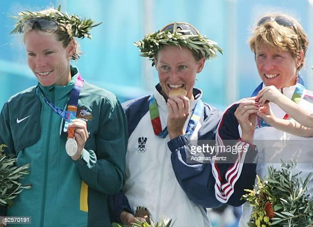 Triathlon Olympische Spiele Athen 2004 Athen Siegerehrung / Frauen Silber Loretta HAROP / AUS Gold Kate ALLEN / AUT Bronze Susan WILLIAMS / USA 250804