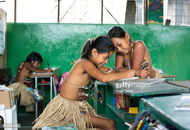 tribal girls (6-7, 8-9) from amazonian rainforest, ecuador - cultura indígena - fotografias e filmes do acervo