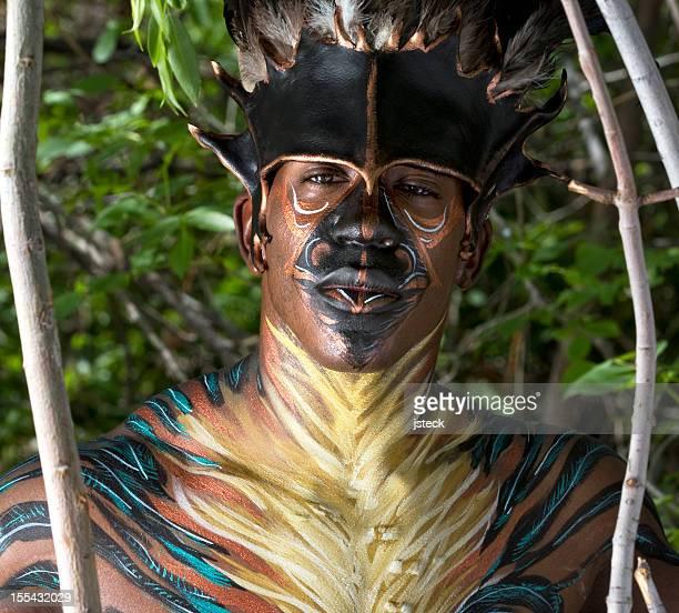 Tribal avec très grand lit de plumes peintes