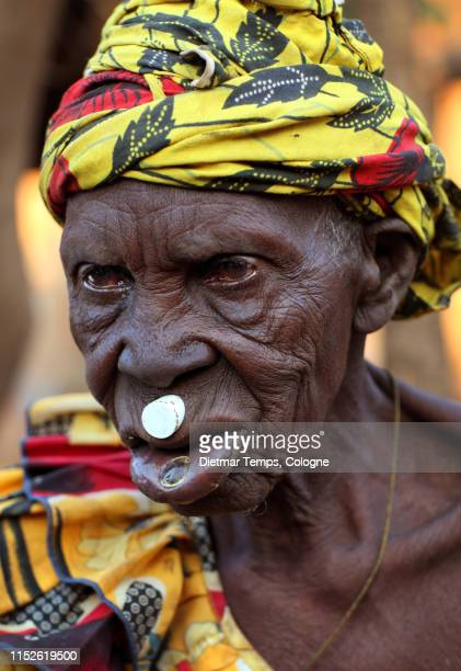 tribal lobi woman in burkina faso - dietmar temps 個照片及圖片檔