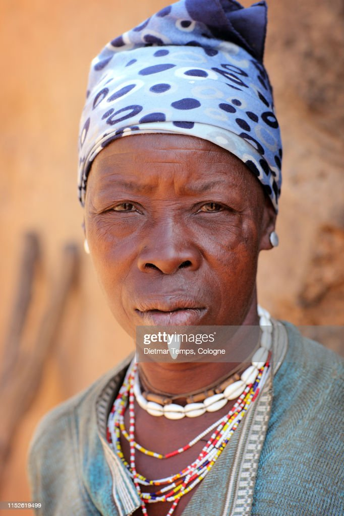 Tribal woman at an Egungun ceremony, Benin : Stock-Foto