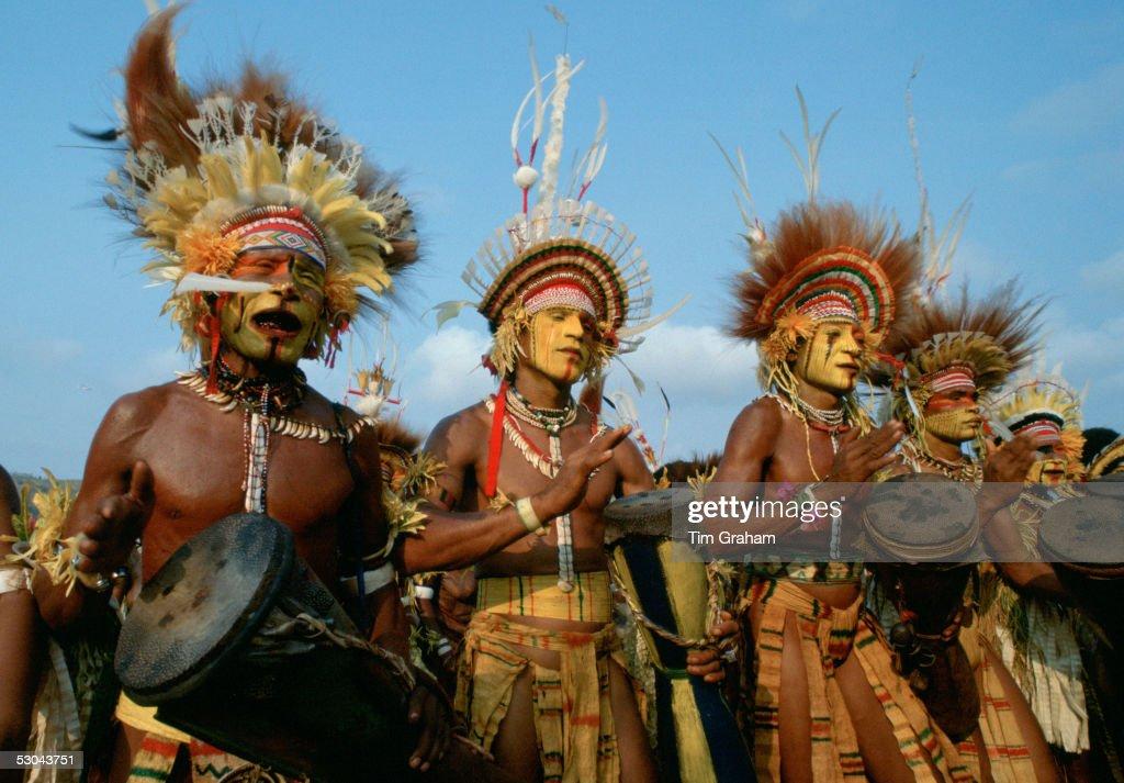 Tribesmen Musicians, Papua New Guinea : News Photo