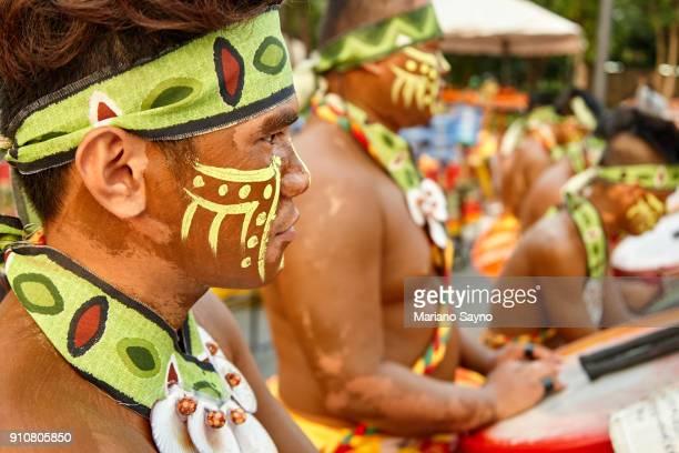 tribesman playing drums at festival - região da capital - fotografias e filmes do acervo