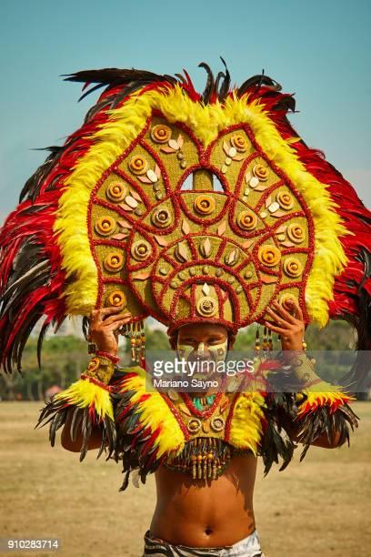 tribesman wearing giant head dress at a festival - região da capital - fotografias e filmes do acervo