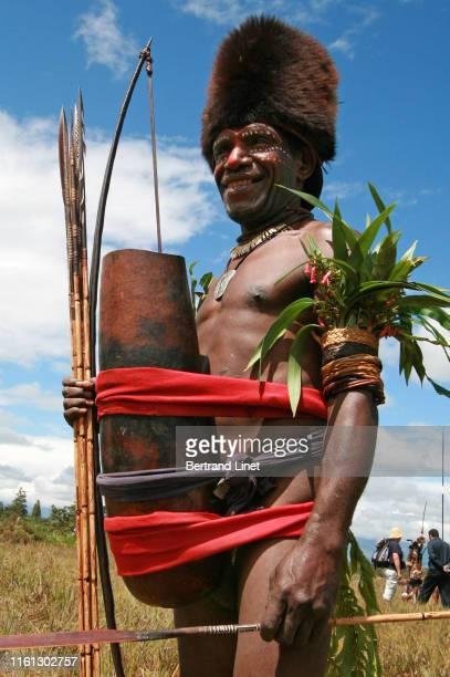 tribesman wearing huge koteka in wamena - west papua - astuccio penico foto e immagini stock