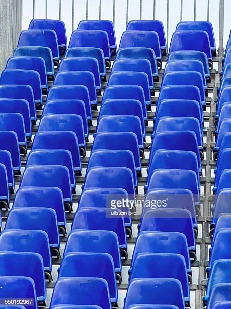 Tribüne mit blauen Stühlen Symbolfoto für Hintergrund Veranstaltungen Infrastruktur